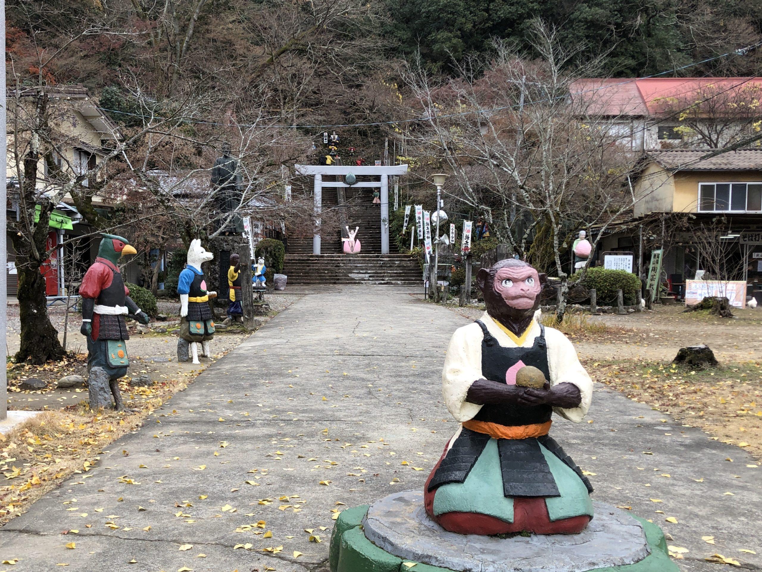 桃太郎神社のコンクリート像の猿