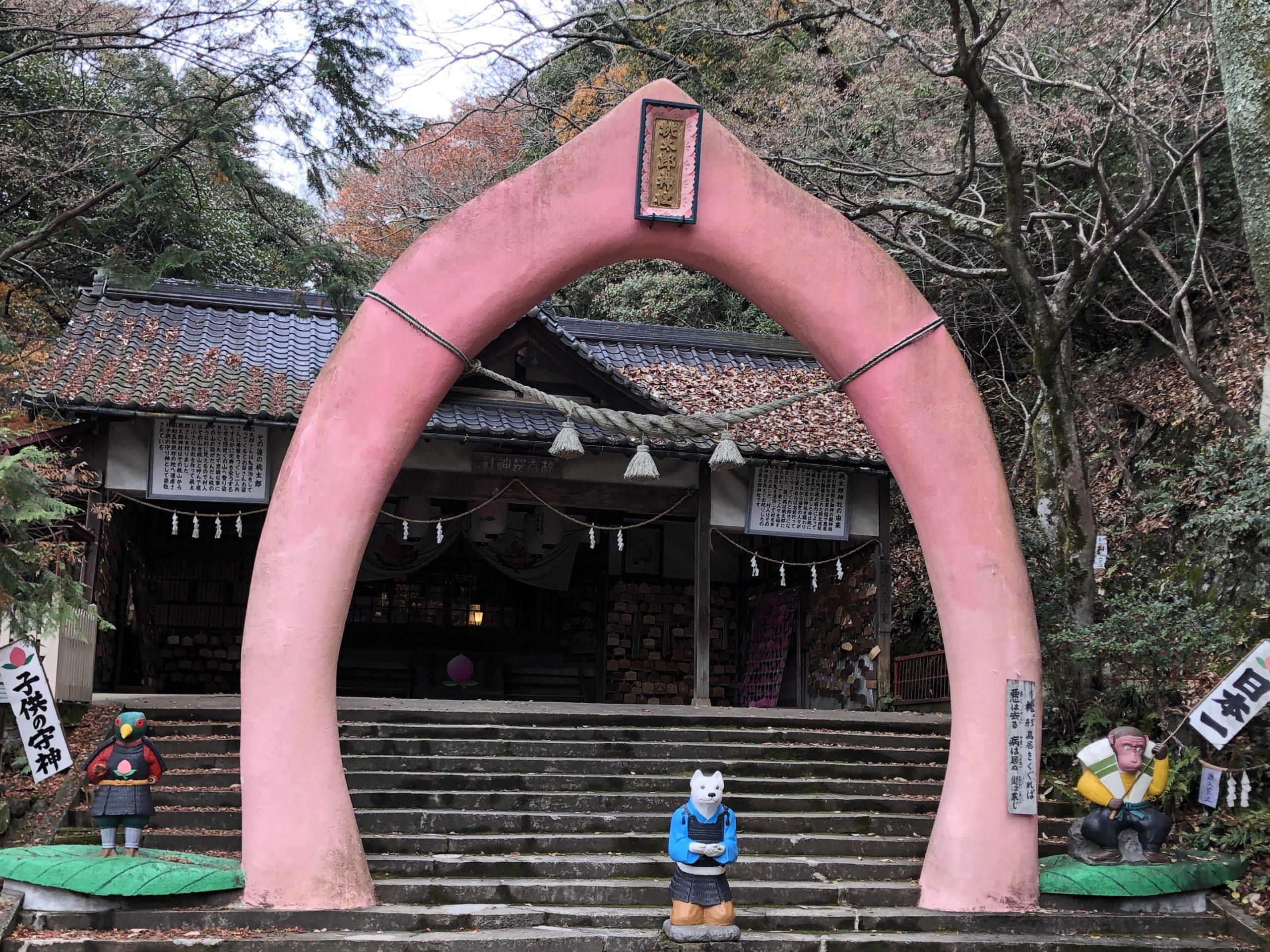 桃太郎神社の桃型の鳥居