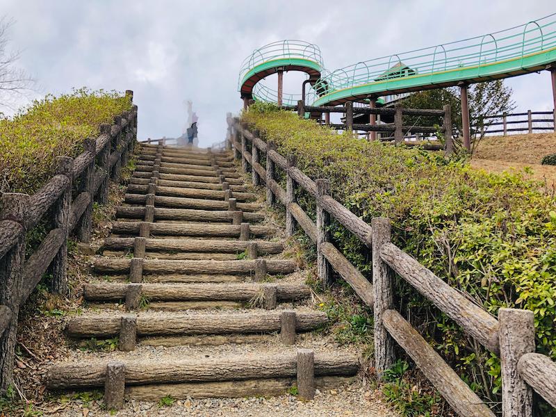 ひばりケ丘公園のローラー滑り台への階段
